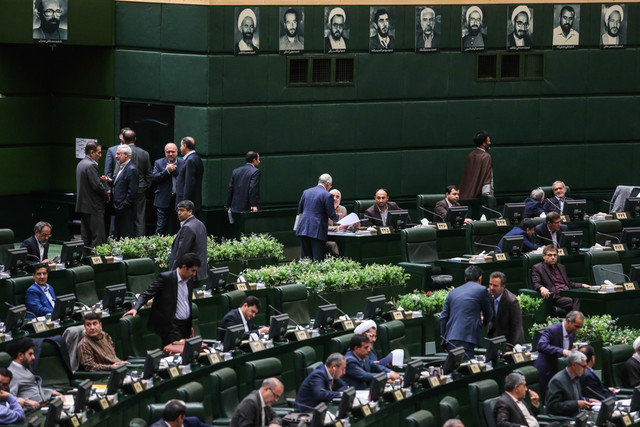 اظهارات تند صباغیان: درب مجلس را ببندید مردم بدانند مجلس ندارند/لاریجانی: رهبری اجازه دادند، ایراد نگیرید